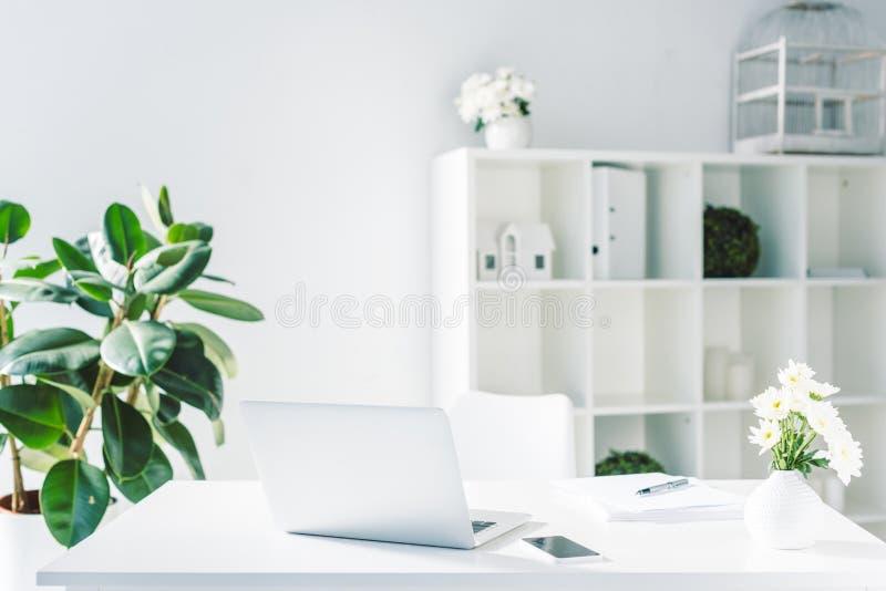 licht modern bureau met documenten, smartphone en laptop royalty-vrije stock foto's