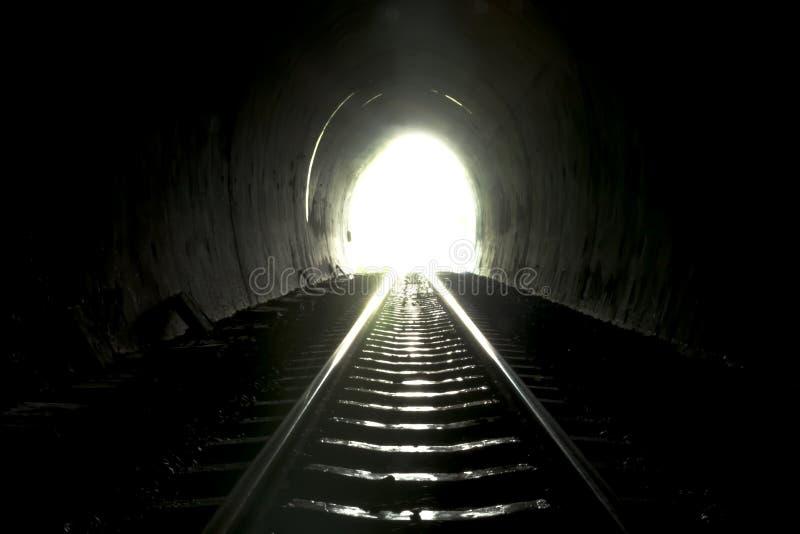 Licht op eind van tunnel stock afbeeldingen