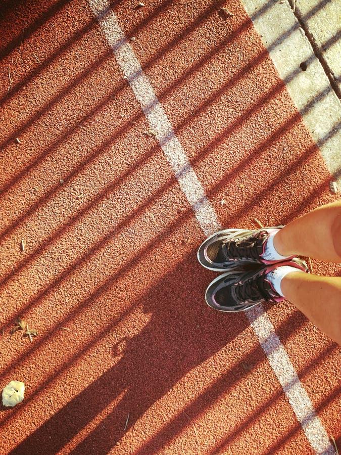 Licht, Schatten und Laufschuh stockfotos