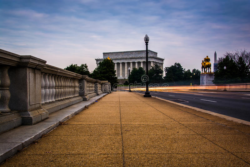 Licht schleppt auf der Arlington-Erinnerungsbrücke, in Washington, DC stockbild