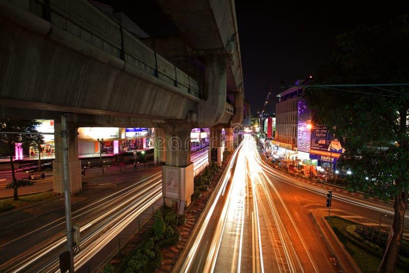Licht schleppt auf RamaI-Straße an Pathumwan-Kreuzung stockbilder