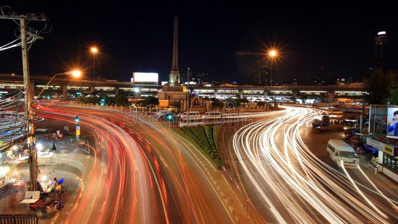 Licht schleppt auf Straße am Militärsiegmonument stockfoto