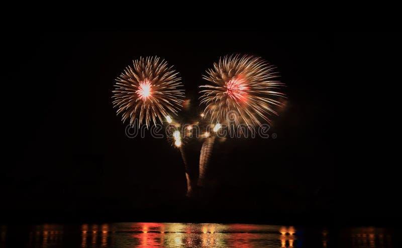 Licht van de vuurwerk toont het feestelijke viering bij nacht over het water royalty-vrije stock foto's