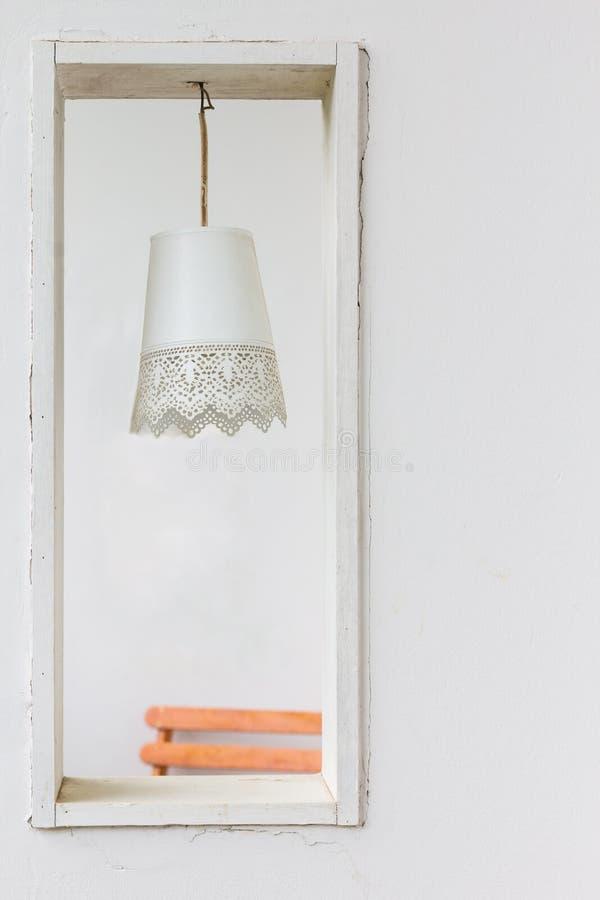 Licht van het close-up het uitstekende plafond op cementmuur stock fotografie