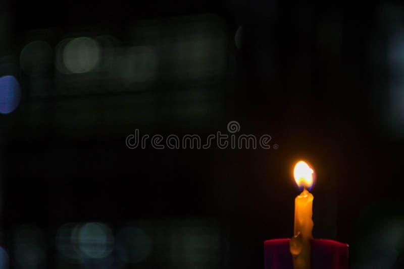 Licht van kaars in de stad stock afbeelding