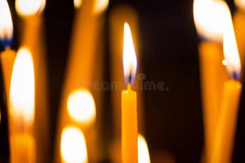 Licht van kaarsen in de kerk royalty-vrije stock fotografie