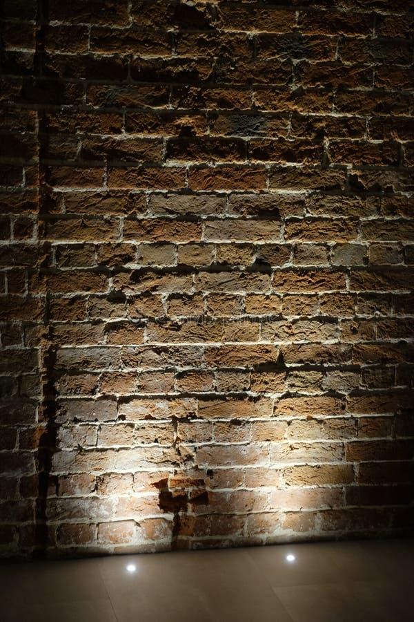 Licht verlichtend een bakstenen muur royalty-vrije stock afbeeldingen
