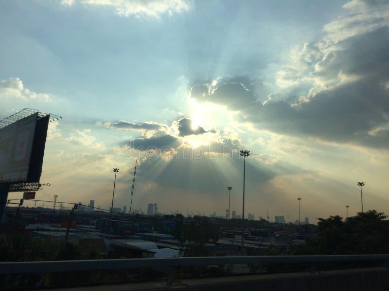 Licht von der Sonne hinter der Wolke lizenzfreies stockfoto