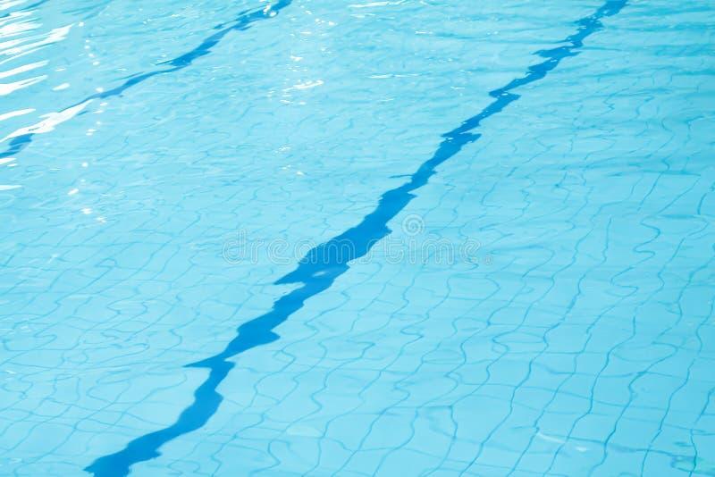 Lichtblauw water met golf en rimpeling op zwembadachtergrond stock foto's