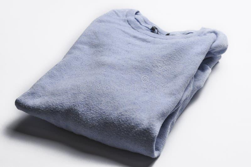 Lichtblauwe die sweater op een witte achtergrond wordt geïsoleerd De ruimte van het exemplaar royalty-vrije stock foto's