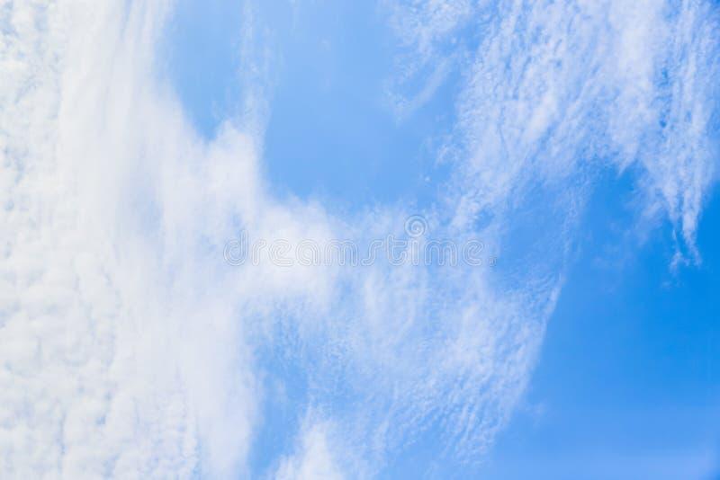 Lichtblauwe hemel met cirrocumuluswolken Mooie hemelachtergrond stock foto's