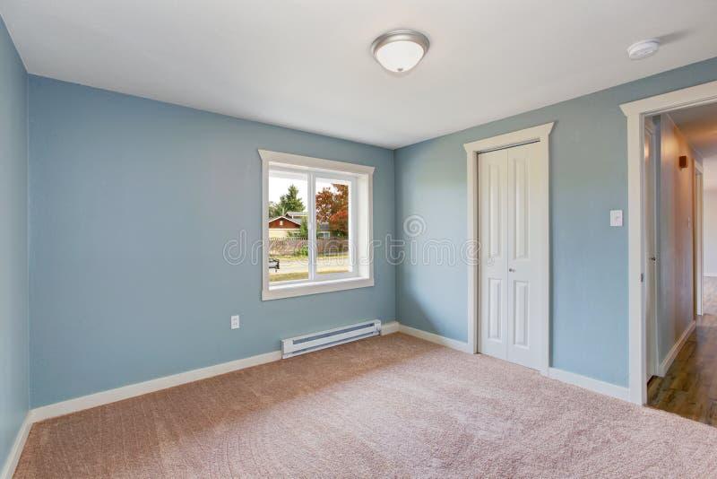 Lichtblauwe Slaapkamer Met Kasten Stock Foto - Afbeelding bestaande ...