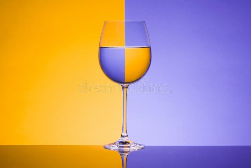 Lichtbrechung auf einem Glas lizenzfreies stockfoto