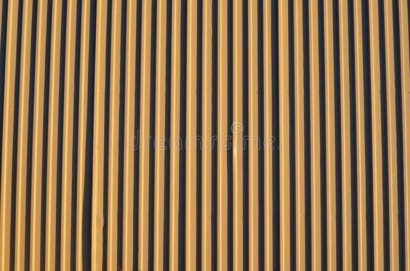 Lichtbruin corrigated staalplaat de bouwmuur royalty-vrije stock afbeelding