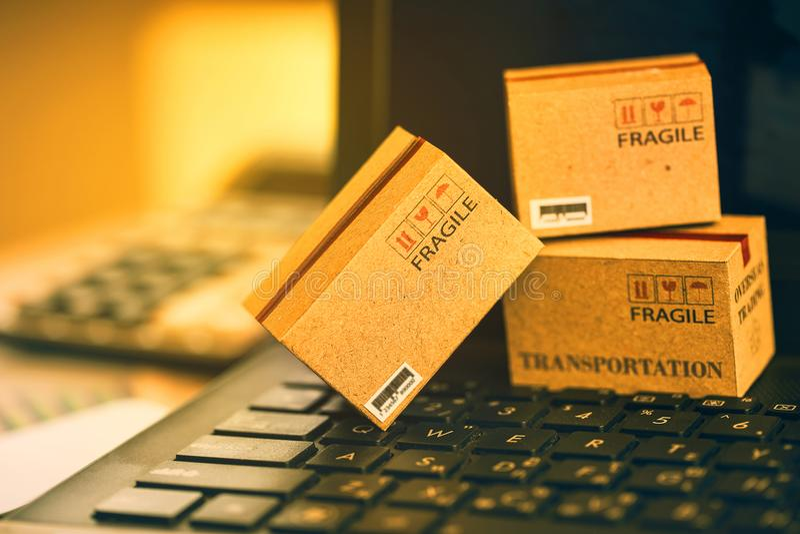 Lichtbruine drie kleine dozen op een laptop toetsenbord Een idee van t royalty-vrije stock foto's