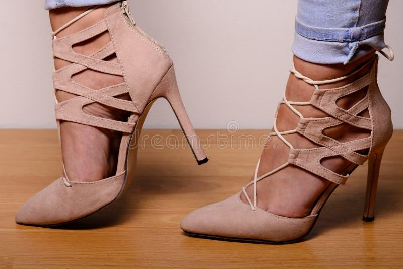 Lichtbruine suède high-heeled schoenen gekleed in het meisje royalty-vrije stock foto