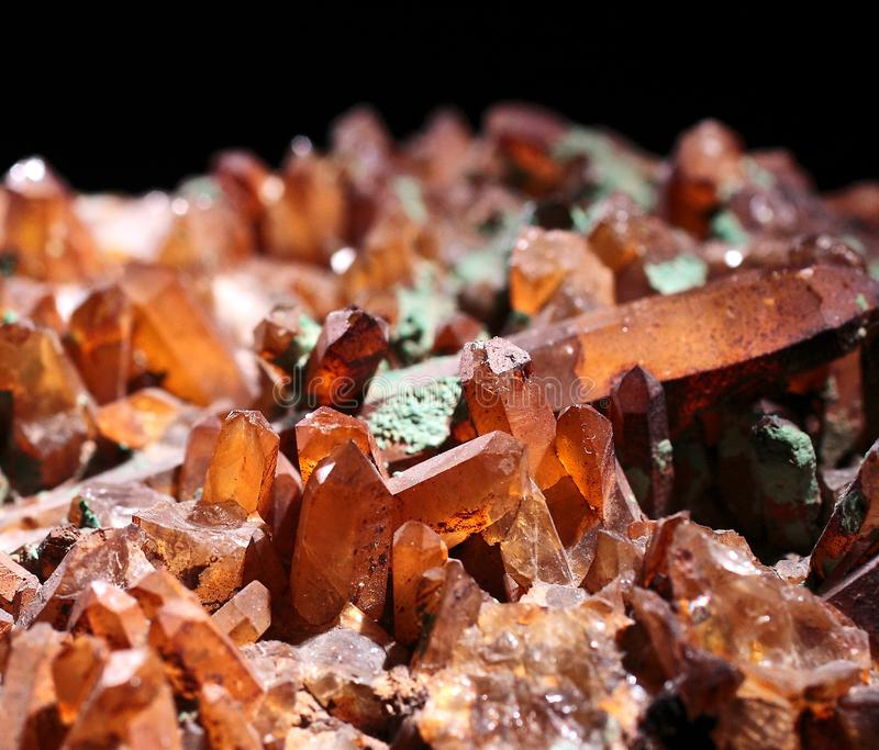 Lichtdurchlässige natürliche Kristalle Browns mit schwarzem Hintergrund stockbilder