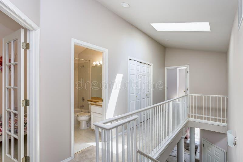 Lichte beige gang met dakraam stock afbeelding
