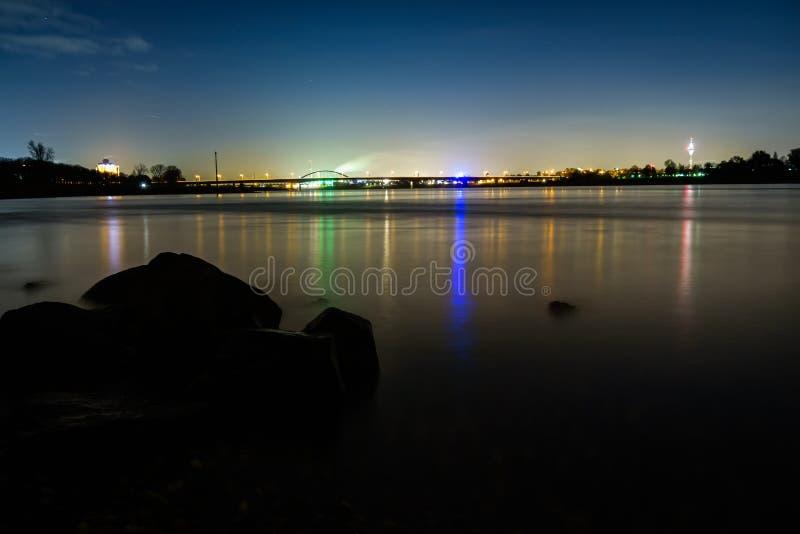 Lichte bezinningen van de stad van Dusseldorf in de rivier Rijn - lange blootstelling stock foto's
