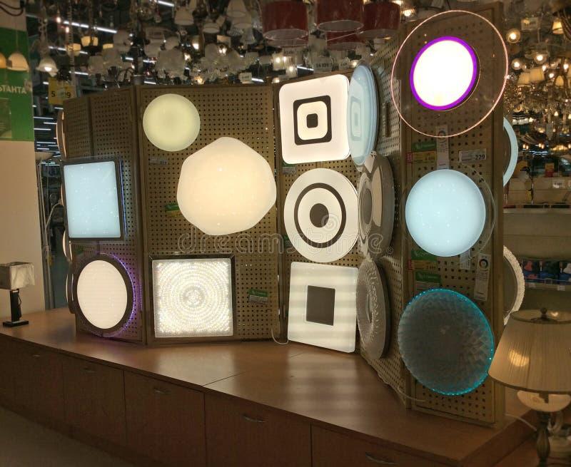 Lichte bustehouders in de winkel van de huisverlichting stock foto's