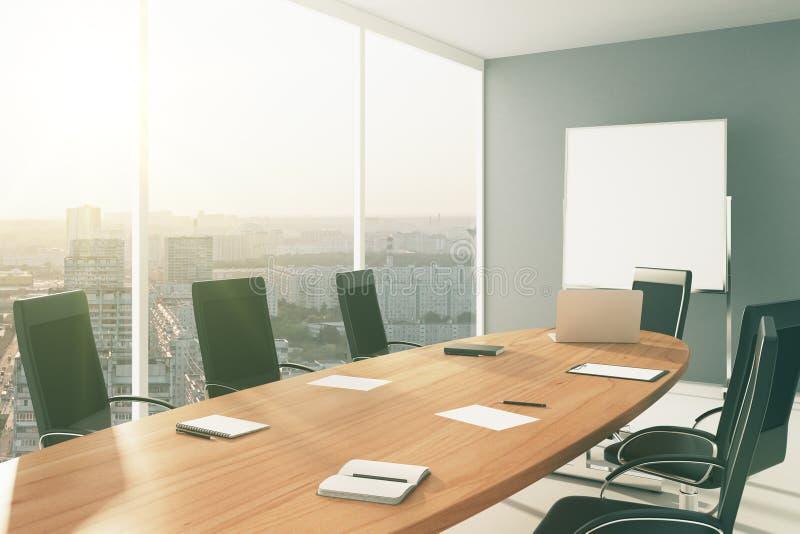 Lichte conferentieruimte met meubilair, bord en stadsmening vector illustratie