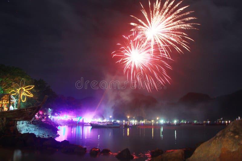 Lichte de gelukwensbrand van de vuurwerkviering royalty-vrije stock foto's