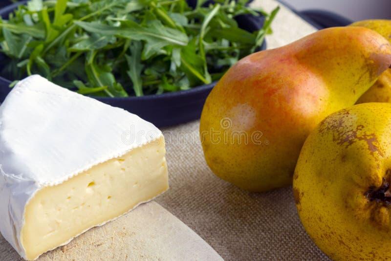 Lichte de zomersalade met peer Ingrediënten: arugula, peer, Briekaas, pijnboomnoten, honingssaus royalty-vrije stock afbeelding