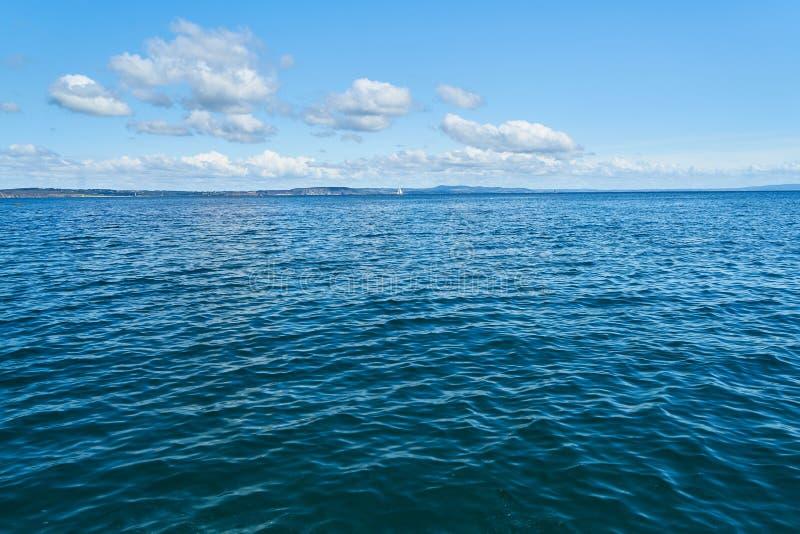 Lichte golven op water van de Atlantische Oceaan royalty-vrije stock afbeeldingen