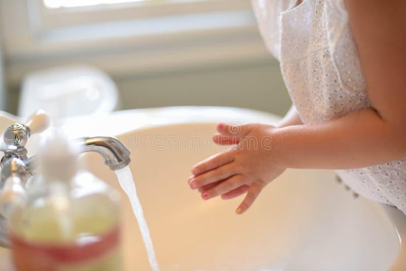 Lichte heldere en schone close-up van de handen van de meisjewas stock fotografie