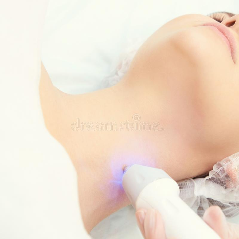 Lichte infrarode therapie De kosmetiek hoofdprocedure De vrouwengezicht van de schoonheid Kosmetisch salonapparaat Gezichtshuidve stock afbeelding