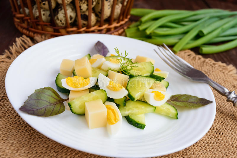 Lichte Italiaanse de Lentesalade met verse komkommer, kwartelseieren, mozz stock foto
