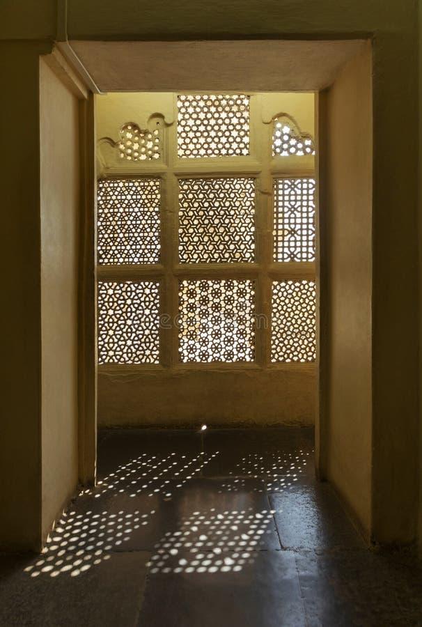 Lichte komst door fijn vensterontwerp, Udaipur, Rajasthan royalty-vrije stock afbeeldingen