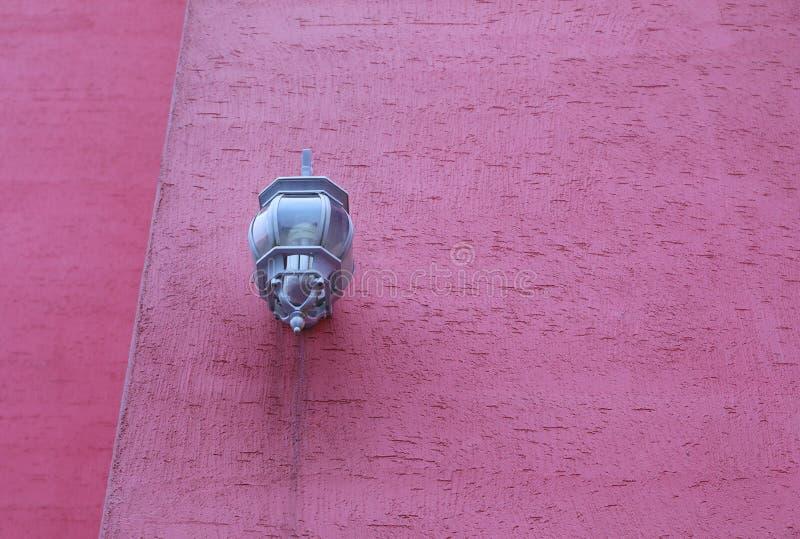 Lichte lamp op de roze muur royalty-vrije stock afbeeldingen