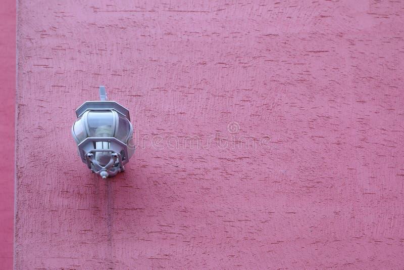 Lichte lamp op de roze muur royalty-vrije stock foto