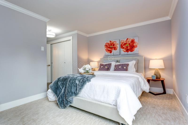 Lichte moderne flatslaapkamer met een bedmening stock foto's