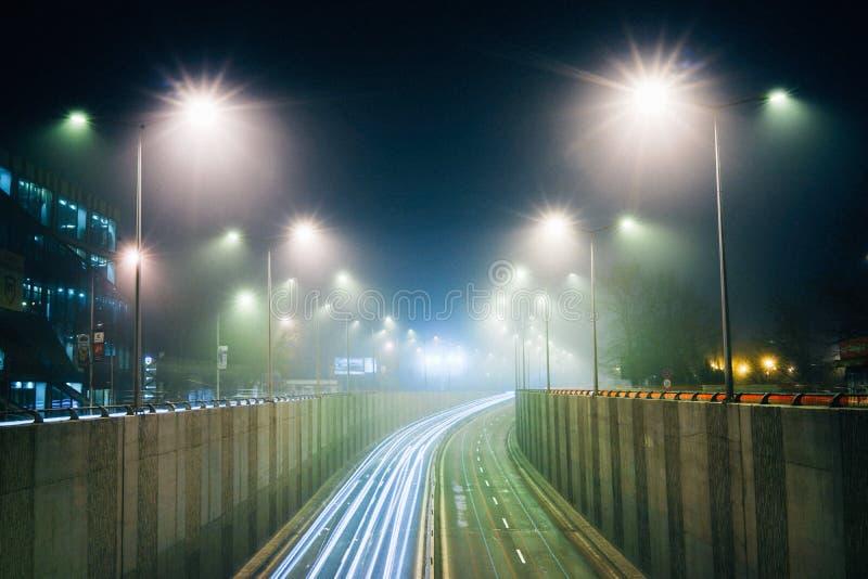 Lichte richtingen in de mist, stedelijk landschap stock afbeelding