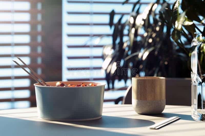 Lichte schotelplaat met eetstokjes en modieuze mok op houten lijst het 3d teruggeven stock foto