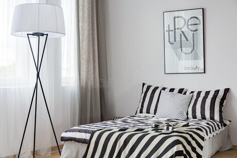 Lichte slaapkamer met staande lamp stock foto's