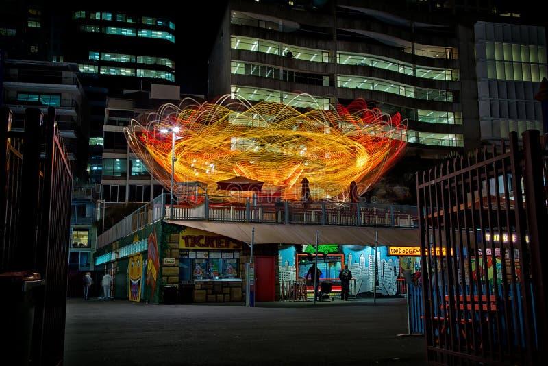 Lichte slepen op een kermisterreinrit bij nacht stock afbeeldingen