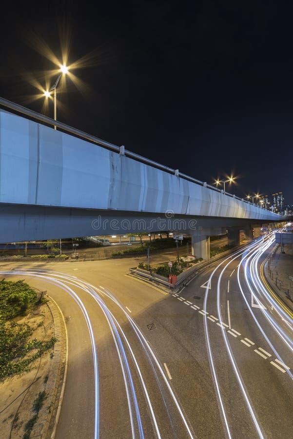 Lichte slepen van nachtverkeer in uit het stadscentrum royalty-vrije stock afbeelding