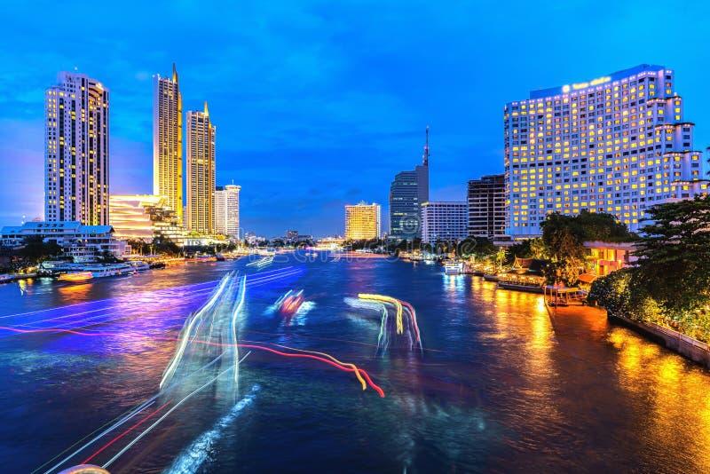 Lichte slepen van verkeer op de Chao Phraya-rivier, Bangkok thailand mening van Taksin-brug Bangkok bij nacht royalty-vrije stock afbeelding