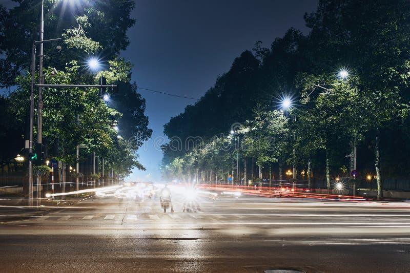Lichte slepen van verkeer in stad stock fotografie