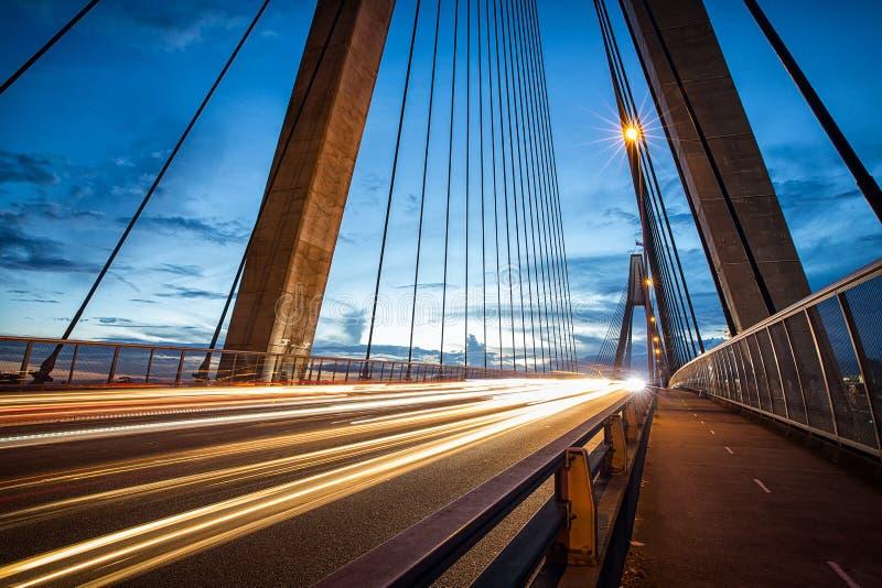 Lichte slepen van voertuigen op ANZAC Bridge in Sydney royalty-vrije stock afbeeldingen