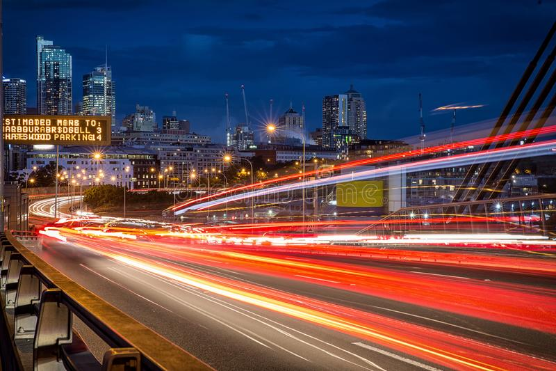Lichte slepen van voertuigen op ANZAC Bridge in Sydney stock afbeelding