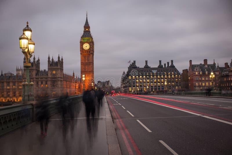 Lichte Spookslepen op de Brug van Westminster met Big Ben stock afbeelding