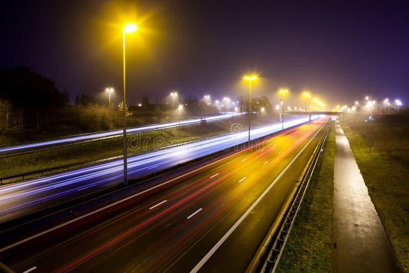 Lichte strepen van autosnelweg stock afbeeldingen