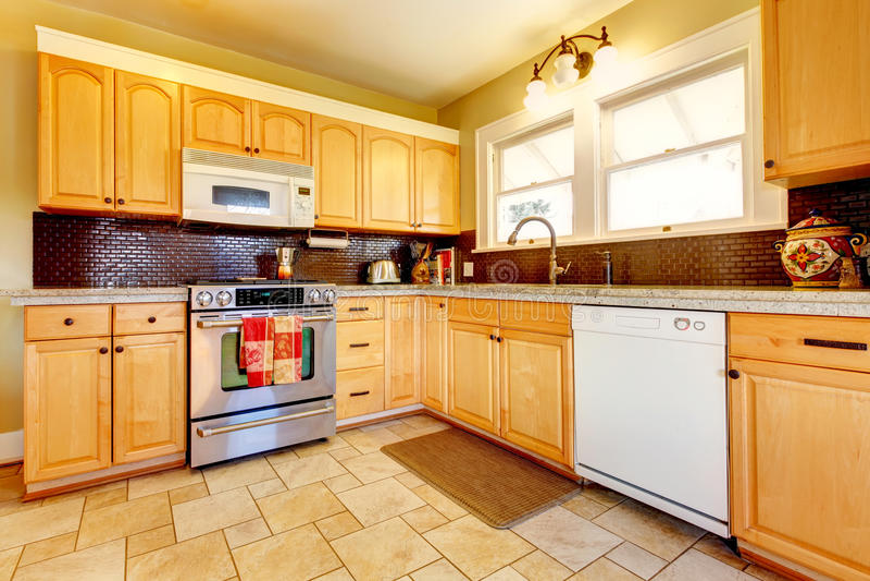 Lichte tonen houten keuken met baksteen backsplash ontwerp royalty-vrije stock foto's