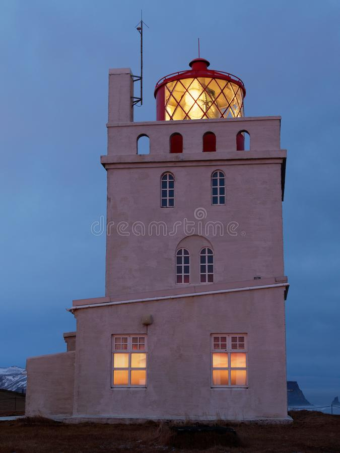 Lichte toren kap dyrholaey in de avond royalty-vrije stock afbeeldingen