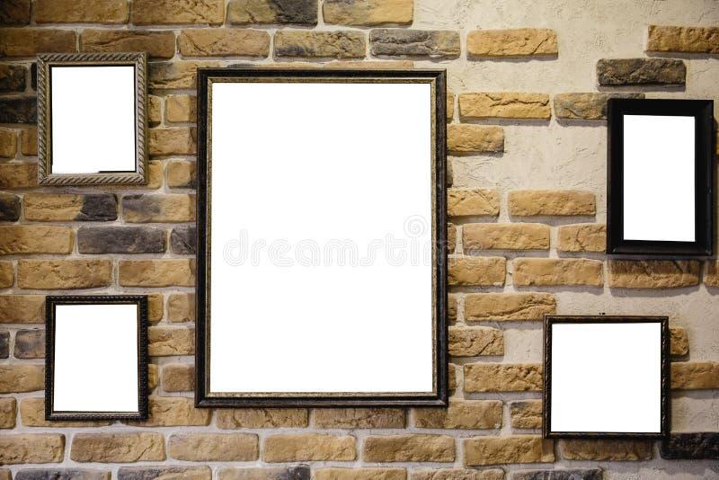 Lichte vakje vertoning met witte lege ruimte voor reclame - Binnenherenkapper op een gele bakstenen muur stock afbeelding