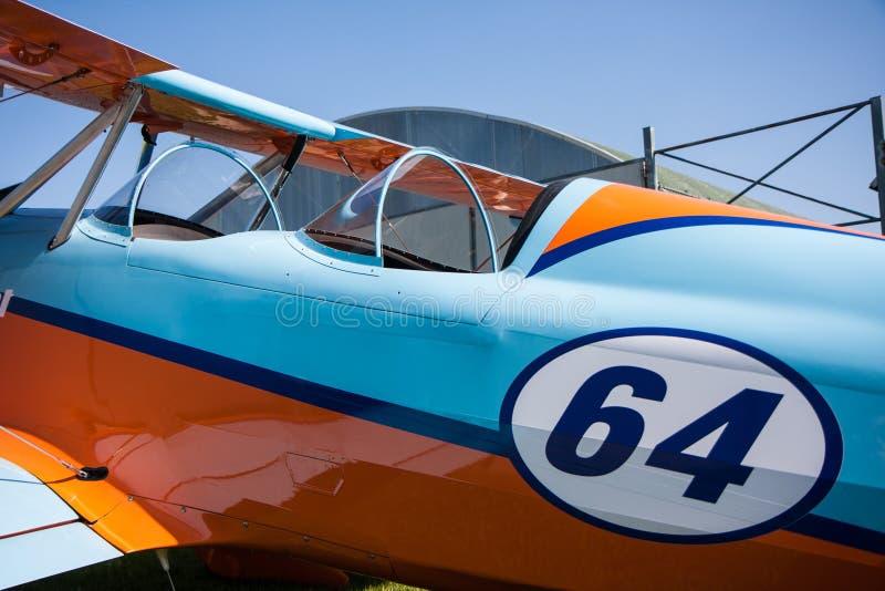 Lichte vliegtuigen, moderne tweedekkersinaasappel en blauw royalty-vrije stock foto's